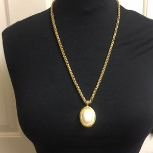 Anne Klein gold and Ivory necklace